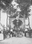 B-1495 Bruinisse. Dorpsweg. Erepoort aan het begin van de Dorpsweg bij het bezoek van H.K.H. Kon. Wilhelmina en Z.K.H. ...
