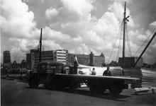 BRI-0001 Rotterdam. Het opladen van onderdelen van geschenkwoningen, bestemd voor Brijdorpe, in de haven.