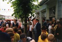 BRU-2311 Bruinisse. Oudestraat. Oud burgemeester A. Vogelaar (links met bril), luisterend naar de toespraak van Wullem ...