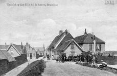 BRU-2316 Bruinisse. Noorddijk. Oude schippers op een bankje tegen 's lansuusje een magazijn van de polder Bruinisse. ...