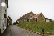 BRU-2317 Bruinisse. Noorddijk. Rechts de oude machinefabriek van Louw Padmos (afgebroken ca. 2009), en het verbouwde 's ...