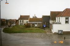 BRU-2319 Bruinisse. Noorddijk. Achtergevels van (rechts) café Het Veerhuis, de oude machinefabriek van Louw Padmos, en ...