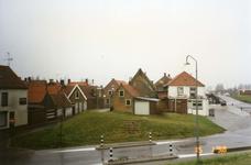 BRU-2320 Bruinisse. Noorddijk. Achtergevels café Het Veerhuis, de oude machinefabriek van Louw Padmos en van 's Landshuisje.