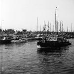 BRU-2339 Bruinisse. Haven. De versierde mosselschepen in de haven, klaar voor de rondvaart tijdens de visserijdagen
