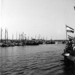 BRU-2341 Bruinisse. Haven. De versierde mosselschepen met aan boord de bezoekers, klaar voor de rondvaart tijdens de ...