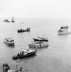 BRU-2362 Bruinisse. Aanleg Grevelingendam. Werkvletten en peilvlet. Het vaartuig met mast is van de tonnenlegger Sam ...