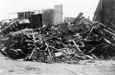 BRU-2408 Bruinisse. Kerkring. Oorlogsschade na bombardement. Rechts de gevel van de Ned. Herv. Kerk (later is de kerk ...