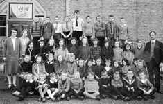 BRU-2413B Bruinisse. Schoolstraat, School met den Bijbel. Leerkrachten en leerlingen van groep II voor de hoofdingang. ...