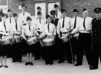 BRU-2415 Bruinisse. Postraat, gemeentehuis. Drumband van de muziekvereniging Nu met Hope . Voorste rij v.l.n.r: Corrie ...