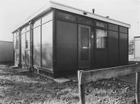 BRU-2469 Bruinisse. Deltastraat. Container bij de ijsbaan, die dienst doet als opslag en consumptietent