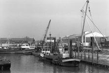 BRU-2470 Bruinisse. Reparatiehaven. Schepen voor de machinefabriek Welgelegen van de fa. P. Maaskant