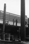 BRU-2471 Bruinisse. Reparatiehaven. Enkele personen op de kade voor de machinefabriek Welgelegen van de fa. P. Maaskant
