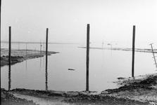 BRU-2472 Bruinisse. Voor de wal van Bruinisse. Tijdens de werkzaamheden aan de Grevelingendam. Rechts het ...