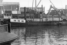 BRU-2474 Bruinisse. Reparatiehaven. Het m.s. Labor van schipper M. Vos uit Werkendam, voor reparatie aan de ...