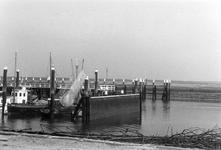 BRU-2478 Bruinisse. Haven. Een schermwand, aangebracht om een al te heftige golfslag in de haven tegen te gaan