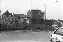 BRU-2479 Bruinisse. Havenkade. Inrichten van het havenplateau, hier het kantoortje van de havenmeester