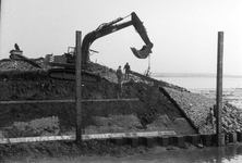BRU-2480 Bruinisse. Haven. Een detail van het afwerken van de Oostelijke havendam. Deze is afgesloten met een stalen ...