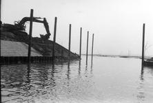 BRU-2481 Bruinisse. Haven. De laatste hand wordt gelegd aan de Oostelijke havendam. Deze is afgesloten met een stalen ...