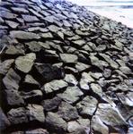 BRU-2482 Bruinisse. Haven. Detail van de afwerking van de Oostelijke havendam. Deze is afgesloten met een stalen ...