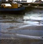 BRU-2484 Bruinisse. Vissershaven. Drooggevallen bij laagwater.