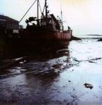BRU-2487 Bruinisse. Vissershaven. Een schip in de Vissershaven drooggevallen bij laag water