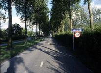 BRU-2512 Bruinisse. Dorpsweg. De Dorpsweg gezien als men vanaf de Rijksweg het dorp inkomt