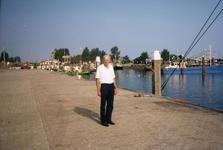 BRU-2567 Bruinisse. Vissershaven. Havenmeester Jacob Hoogerwerf.