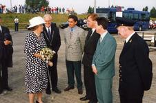 BRU-2583 Bruinisse. Havenplateau. Werkbezoek van Hare Majesteit Koningin Beatrix aan Bruinisse. V.l.n.r.: Koningin ...