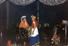 BRU-2648 Bruinisse. Molenstraat. 50 jaar bevrijding. Muzikale show in het dorpshuis. Het thema is Toen en Nu