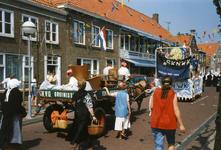 BRU-2649 Bruinisse. Oudestraat. 50 jaar bevrijding. Enkele wagens in de optocht met als thema Toen en Nu . De voorste ...