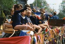 BRU-2650 Bruinisse. Locatie onbekend. 50 jaar bevrijding. Een versierde wagen met kinderen in de optocht