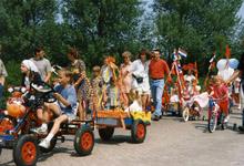 BRU-2658 Bruinisse. Locatie onbekend. 50 jaar bevrijding. Kinderen met hun versierde voertuigen