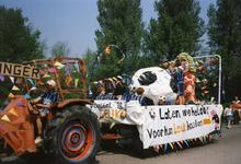 BRU-2666 Bruinisse. Locatie onbekend. 50 jaar bevrijding. De versierde wagen van voetbalclub Bruse Boys