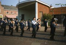 BRU-2678 Bruinisse. Kerkplein. 50 jaar bevrijding. Muziekgezelschap Nu met Hope voor de muziektent