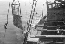 BRU-2814 Bruinisse. Locatie onbekend. De BRU 21 varende met slepende kor, in het ruim zichtbaar een koker voor het ...