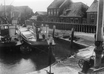 BRU-2815 Bruinisse. Haven. Enkele schepen in de oude vissershaven, met op de kade de damwand die is aangebracht na de ...