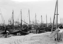 BRU-2817 Bruinisse. Haven. De vissersvloot wachtend op betere tijden in de besneeuwde oude haven.