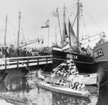 BRU-2818 Bruinisse. Haven. Mosselfeest, de versierde schepen in de haven voor ze aan de rondvaart gaan beginnen, het ...