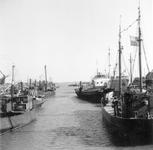 BRU-2821 Bruinisse. Haven. De vissersschepen, liggen nog in de oude vissershaven