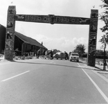 BRU-2823 Bruinisse. Dorpsweg. Erepoort aan de Dorpsweg te Bruinisse, tijden de viering van het 500 jarig bestaan van ...