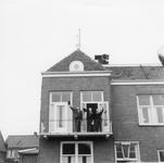 BRU-2826 Bruinisse. Poststraat. Burgemeester C. H. v.d. Linde bij de opening van de festiviteiten voor de viering van ...