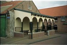 BRU-2834 Bruinisse. Oudestraat. Het zo genaamde Schippersbeursje, waar vroeger de gevangen vis werd verhandeld, op de ...