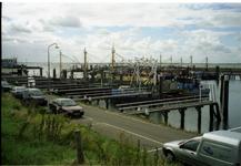 BRU-2835 Bruinisse. Werkhavenweg. De aanlegsteigers voor de vissersboten, in de voormalige werkhaven