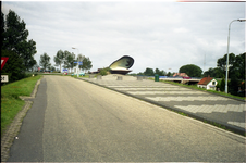 BRU-2836 Bruinisse. Havenkade. De weg vanaf de Havenkade met op de achtergrond de oprit over de sluis naar de Grevelingendam