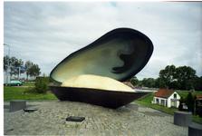 BRU-2837 Bruinisse. Havenkade. De mossel als monument voor de mosselvisserij