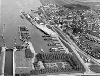 BRU-2846 Bruinisse. Haven. De havens van Bruinisse, met links de Grevelingensluis, in het midden de vissershaven en ...