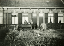 BRU-2848 Zijpe. Locatie onbekend. Dienstwoning C45 van de Rotterdamse Tramweg Maatschappij (R.T.M.). V.l.n.r.: Gabriël ...