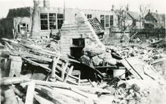 BRU-2849 Bruinisse. Schoolstraat. Woning (B276) beschadigd door het bombardement van de geallieerden op 5 januari 1945. ...