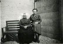 BRU-2850 Bruinisse. Locatie onbekend. Links Johanna Maria Nederhand. Zij overleed te Bruinisse in april 1953 (81 jaar ...