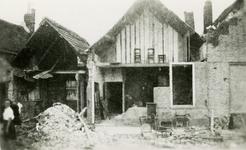 BRU-2851 Bruinisse. Locatie onbekend. Woningen waarvan de voorgevels zijn weggeblazen door de druk van de explosies. ...